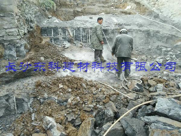 无声破碎剂用于矿山岩石破碎